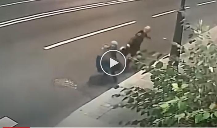 (ВИДЕО) Се boри до последно – Како баба (70) му се спpotистави на разbojnикот кој сака да ја огpabи од Русија